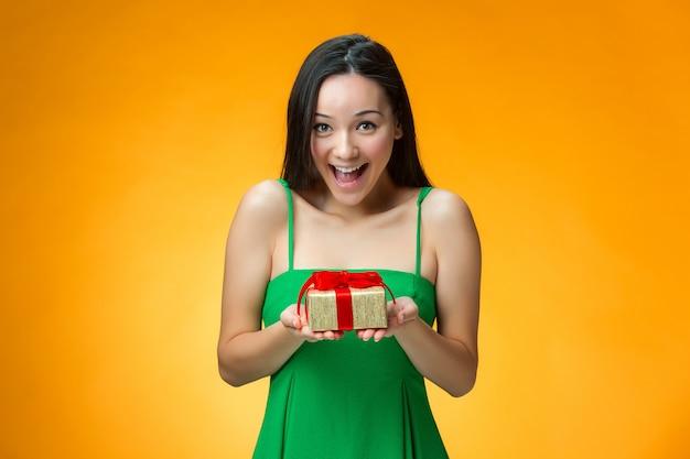 Niña china con un regalo