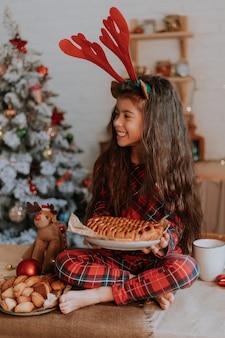 Niña y cocina bellamente decorada invierno año nuevo cuento fiesta de té familiar tiempo de higiene