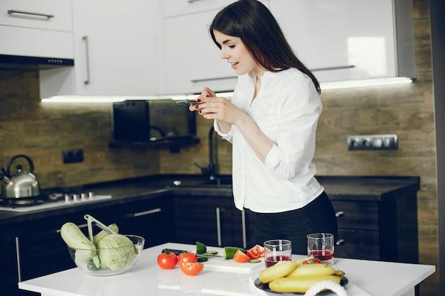 Niña en una cocina