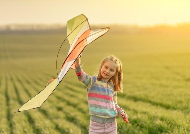 Niña con cometa voladora