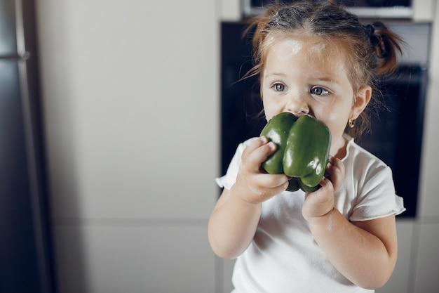 Niña comiendo pimiento verde