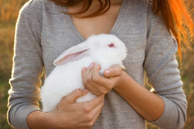 La niña del conejo feliz.
