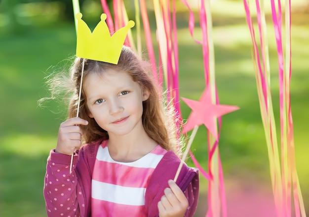 Niña con una corona de papel
