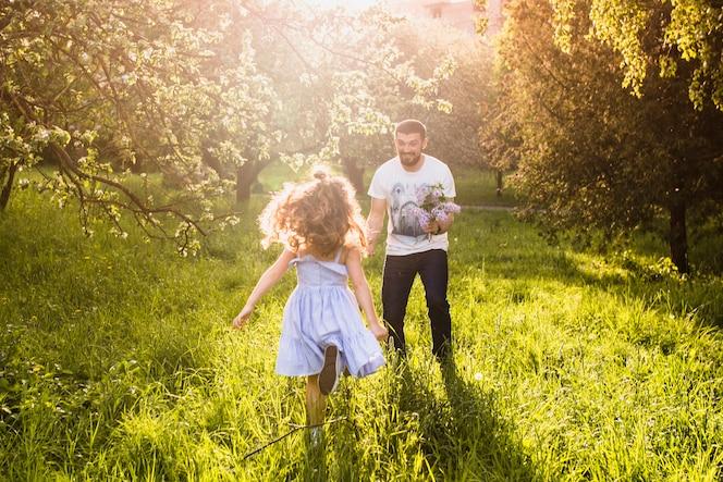 Niña corriendo hacia su padre
