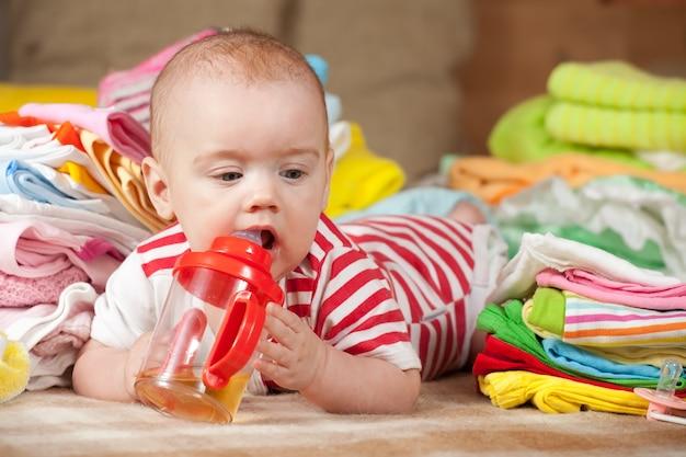 Niña con las cosas del bebé