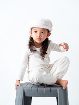 Niña de cuatro años sentada escalera