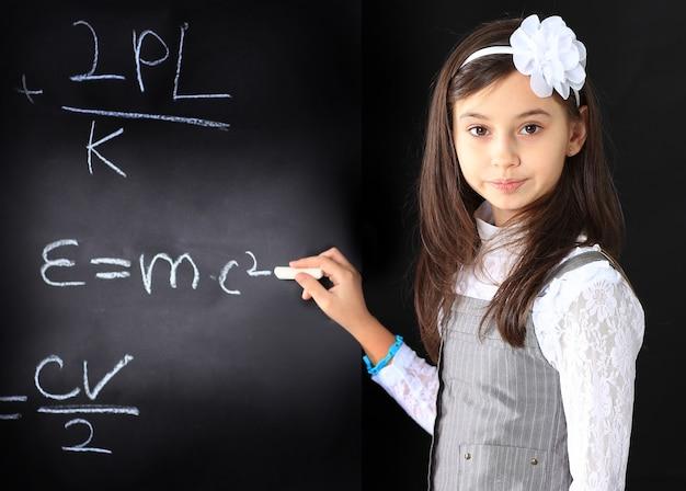 La niña decide hacer ecuaciones matemáticas.