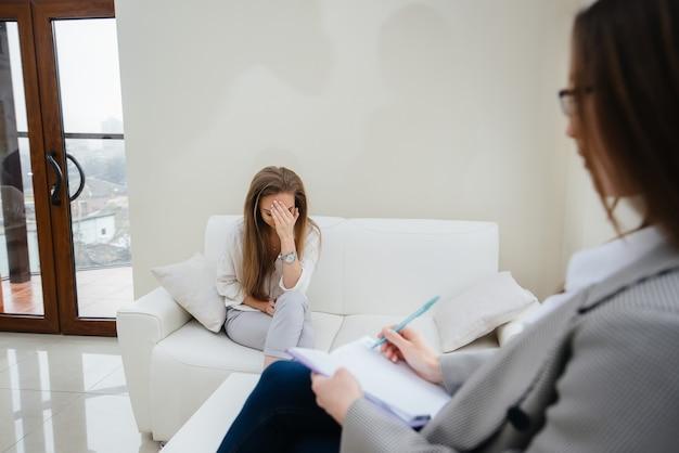 Una niña durante la depresión se comunica con un psicólogo en la oficina. ayuda psicológica.