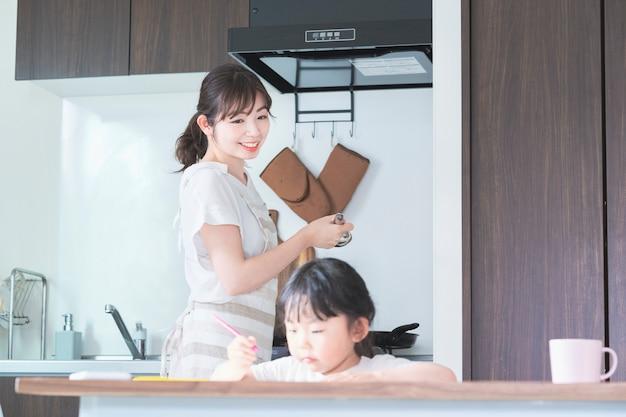 Una niña dibujando en la cocina
