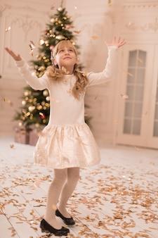 La niña está disfrutando de las vacaciones de navidad.