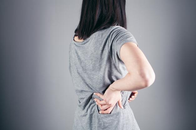 A una niña le duele la espalda.