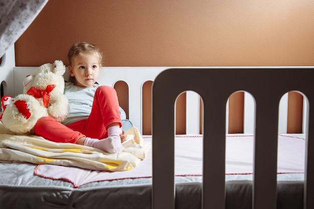 Niña dulce preparándose para la cama.