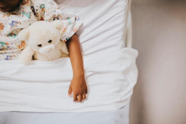 Niña durmiendo en una cama de hospital
