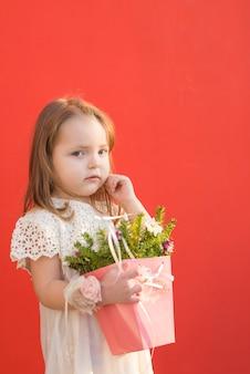 Niña elegante con flores
