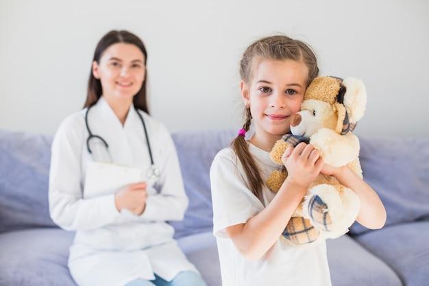 Niña enferma siendo examinada por la doctora