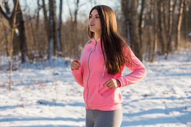 Niña entra en deportes en el parque de invierno.