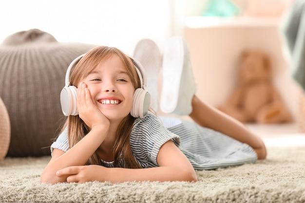 Niña escuchando música en casa