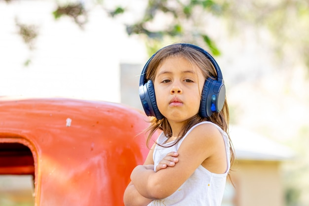 Niña escuchando música con sus auriculares en el camión