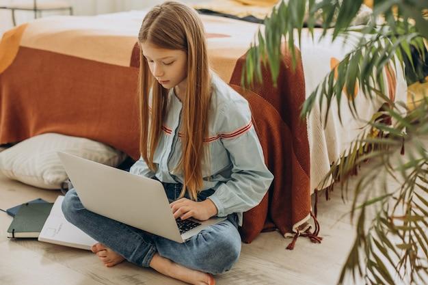 Niña de la escuela estudiando en casa, aprendizaje a distancia