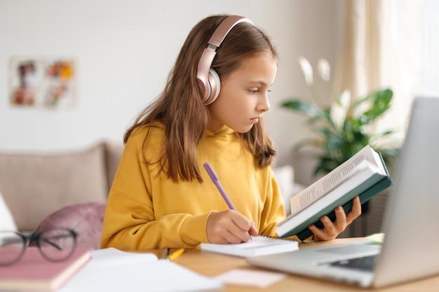 Niña de la escuela que estudia en línea. educación en casa