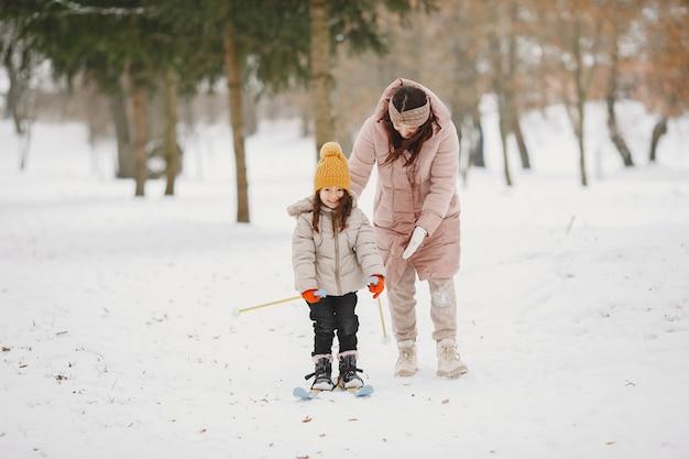Niña de esquí de fondo con su madre