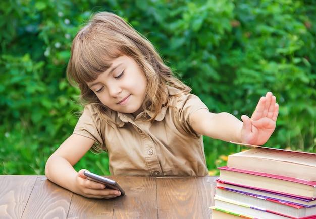 Niña estudiante con una manzana roja. enfoque selectivo naturaleza.