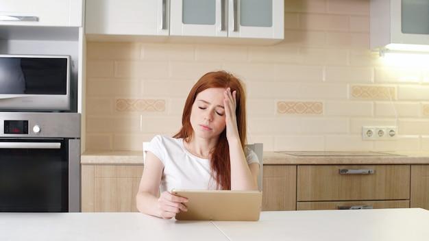 Niña, estudiante que estudia, el concepto de educación en línea