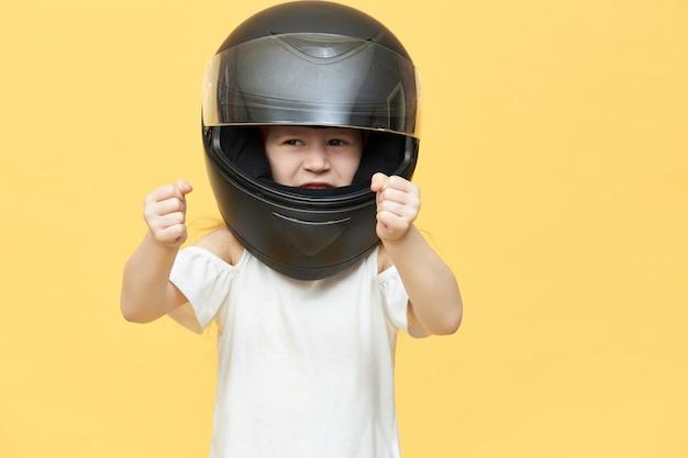 Niña con experiencia hábil en casco de motocicleta de seguridad