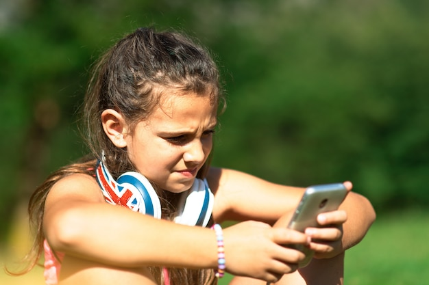 Niña explora las redes sociales con su teléfono inteligente