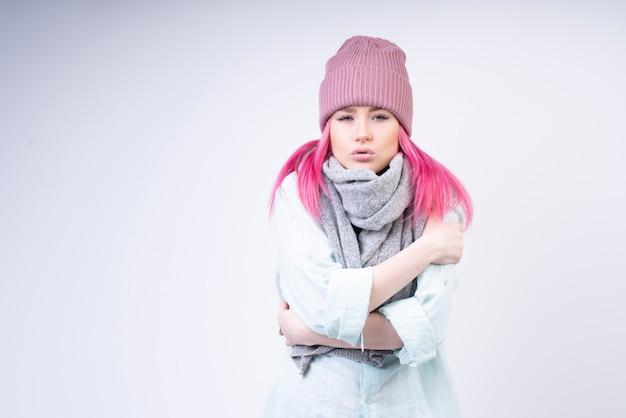 Niña febril con bufanda y sombrero rosa