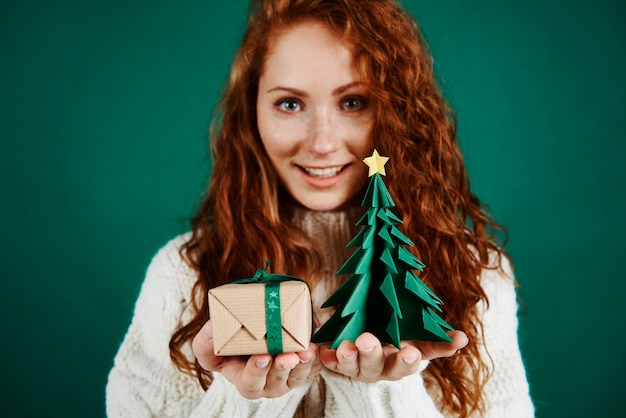 Niña feliz dando regalo de navidad