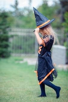 Niña feliz en disfraces de halloween