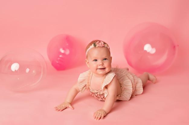Niña feliz con globos rosas. celebracion. cumpleaños.