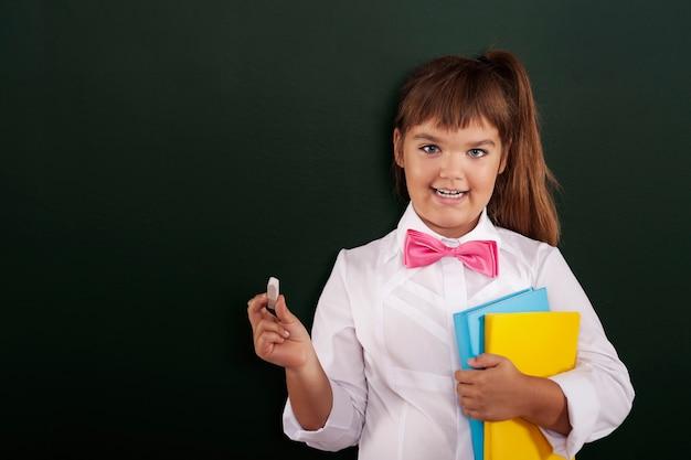 Niña feliz está lista para comenzar la lección