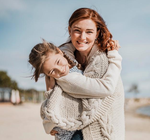 Niña feliz y madre divirtiéndose juntos