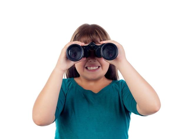 Niña feliz mirando a través de un binoculares