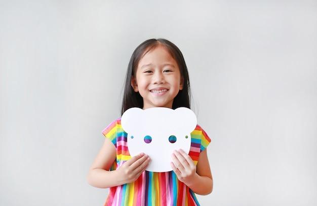 Niña feliz niño con máscara de papel animal blanco en blanco