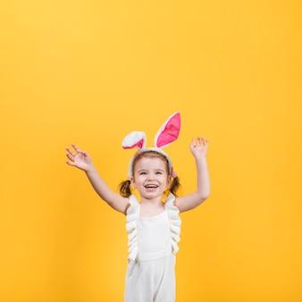 Niña feliz en orejas de conejo
