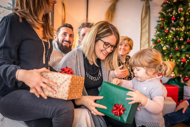Niña feliz con el regalo unboxing de la familia el día de navidad