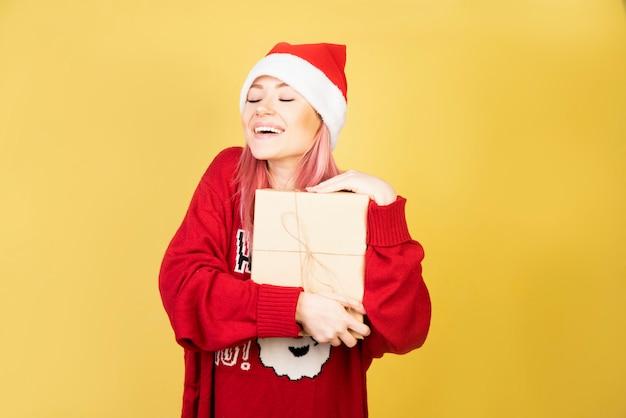 Niña feliz con regalos en las manos