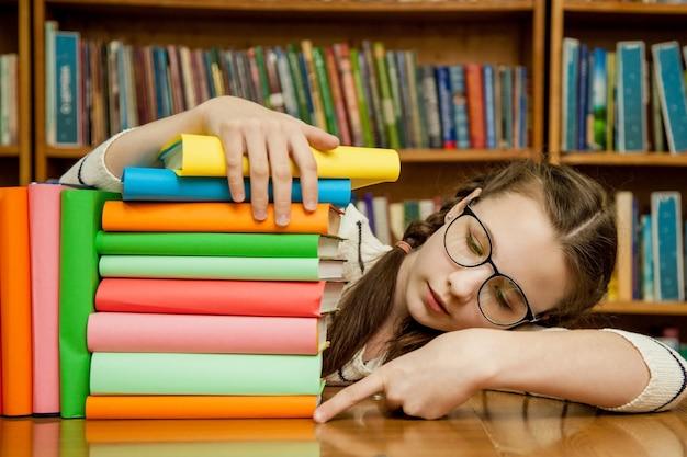 Una niña con gafas cuántos libros.