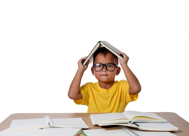 Niña con gafas de pensamiento y muchos libros sobre la mesa. concepto de regreso a la escuela