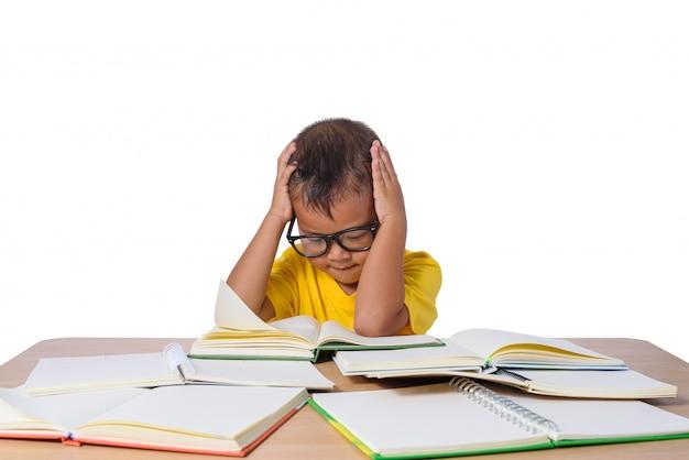 Niña con gafas de pensamiento y muchos libros sobre la mesa. volver al concepto de escuela, aislado sobre fondo blanco