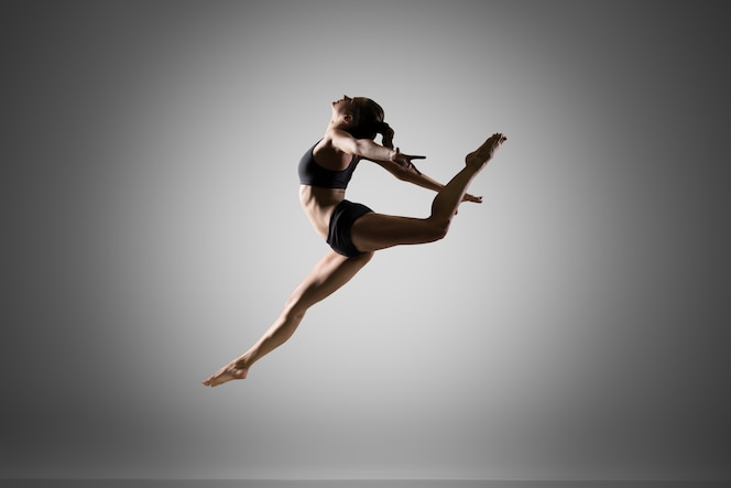Niña gimnasta saltando