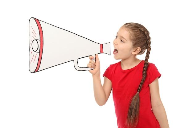 Niña gritando en megáfono de papel en blanco