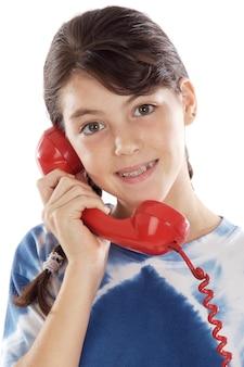 Niña hablando por el teléfono un fondo blanco
