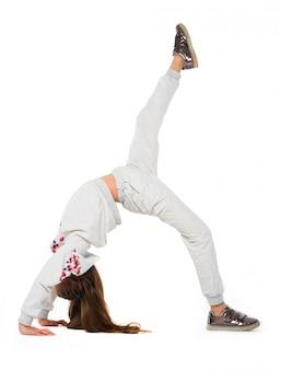 Niña hacer ejercicios gimnásticos