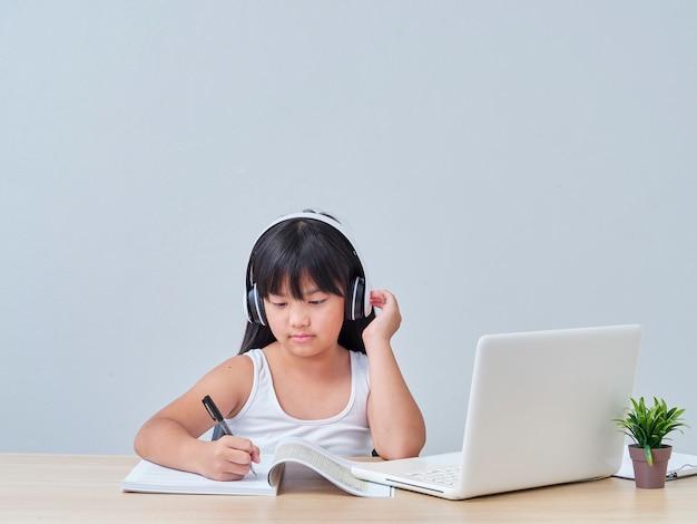 Niña haciendo clase en línea
