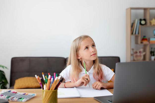 Niña haciendo clases online
