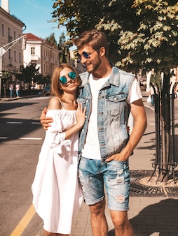 Niña hermosa sonriente y su novio guapo caminando en la calle.